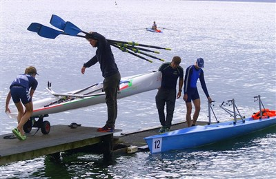 Helping Maria out with her boat before the race. Photo: Mette Bacher
